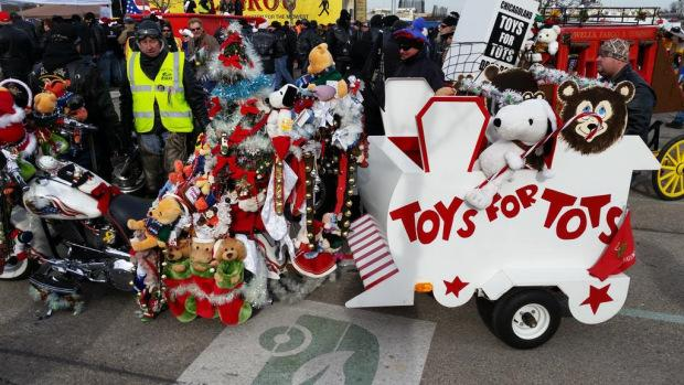 A+crowd+gathers+for+a+Toys+for+Tots+parade+in+downtown+Chicago+%28Photo+Courtesy%3A+CBS+news%29